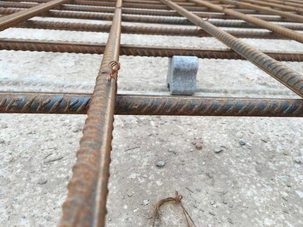 诚永亿是专业生产定制主要生产各种水泥块、砼垫块、混凝土垫块的生产厂家 混凝土垫块主要用于建筑、公路、铁路、桥梁和古建筑、钢筋混凝土保护层垫层、梁的支撑、钢筋层间距标准的支持等。钢筋混凝土结构的承载力、耐久性、耐酸碱、耐火性能直接关系到水泥钢筋保护层的质量。 混凝土垫块使混凝土内的钢筋内外隔离,不受外界空气或水的直接接触影响。预制结线、高强度水泥砂浆或混凝土小箱体的混凝土垫层。保护层垫块包含混凝土垫层块形式,可以包括:水泥砂浆、混凝土、塑料等多种材料和形式,用于基础加固保护层、平板增强保护层、下部钢筋保护层